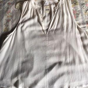 Adorable sleeveless blouse that flows. NWT